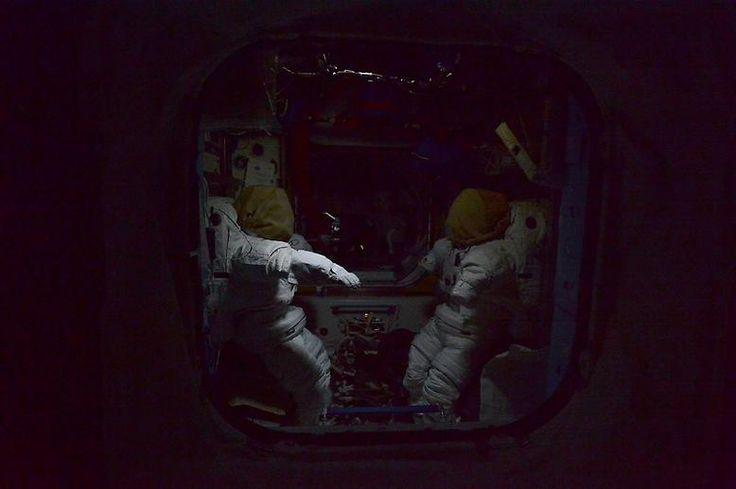 Die beiden leeren Raumanzüge verstärken diesen Eindruck.