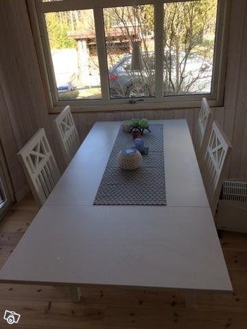 Maja matgrupp från Mio. Vit. 4 stolar + bord (130x80x74).  Bordet har klaff, som smidigt förlänger bordet.  Sparsamt använt då står i vår stuga. Pris: 3000 kr   Launch/ Utomhusmöbel från Ikea Applarö/Hållö. 3-sits.  Brunlaserad med beige dynor. Har e...