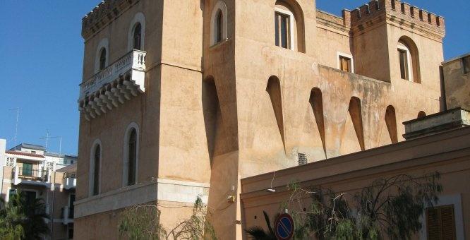 Due Torri a Margherita di Savoia | HiPuglia  http://www.hipuglia.com/2012/12/due-torri-margherita-di-savoia.html