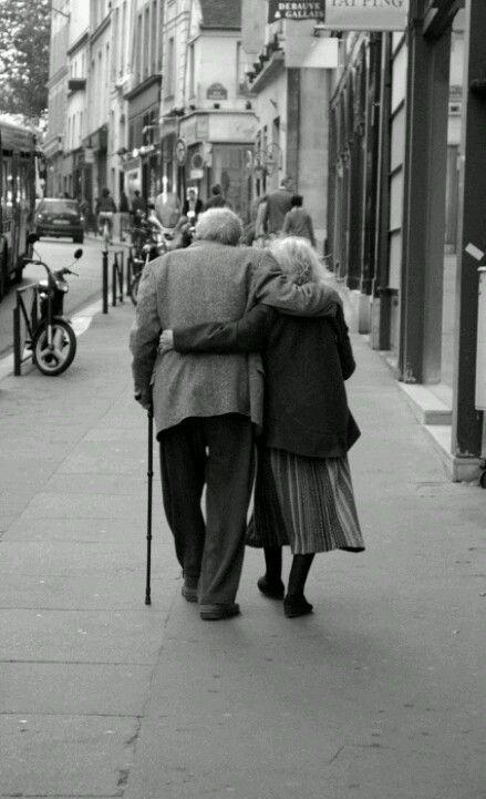 Oude mensen die samen nog van elkaar houden en het late zien