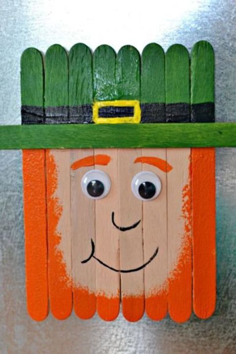 Popsicle Stick Leprechaun Magnet: Popsicle sticks are so versatile when it comes to crafting. For St. Paddy's Day, turn them into a leprechaun magnet in just a few simple steps. Click through for more easy DIY crafts to make with your kids on St. Patrick's Day.