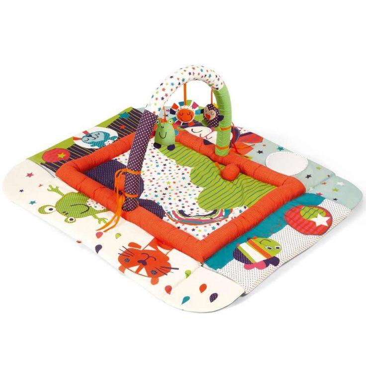 Le tapis d'éveil transformable Timbuktales par Mamas and Papas stimule l'éveil de bébé grâce à ses diverses activités. Ce tapis d'éveil occupera bébé pendant des heures et permet d'améliorer sa motricité. Il pourra servir de tapis de jeu ainsi que d'un lieu confortable pour faire la sieste en relevant les bords du tapis.