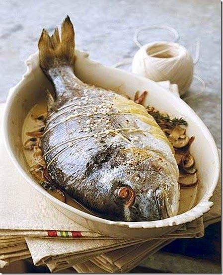 Orata al forno con funghi stufati   Ingredienti: per 4 persone      2 orate da 500-600 g ciascuna     150 g di funghi prataioli coltivati     1 spicchio di aglio     erbe aromatiche     olio extravergine di oliva     sale      È fra i pesci più pregiati, di costo elevato; allo stato brado se ne trovano, purtroppo, pochi esemplari (10%); esistono specie d'allevamento (90%) che non hanno lo stesso gusto di quelle pescate e hanno un contenuto in proteine e grassi superiore.
