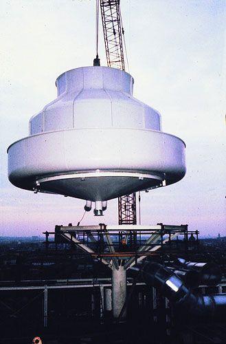Pose d'une des quatre tours de refroidissement sur le toit du bâtiment.