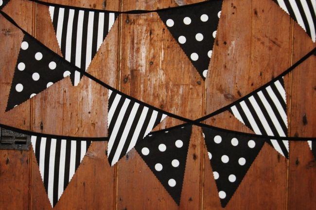 Decorar la habitación infantil en blanco y negro. Banderines infantiles.
