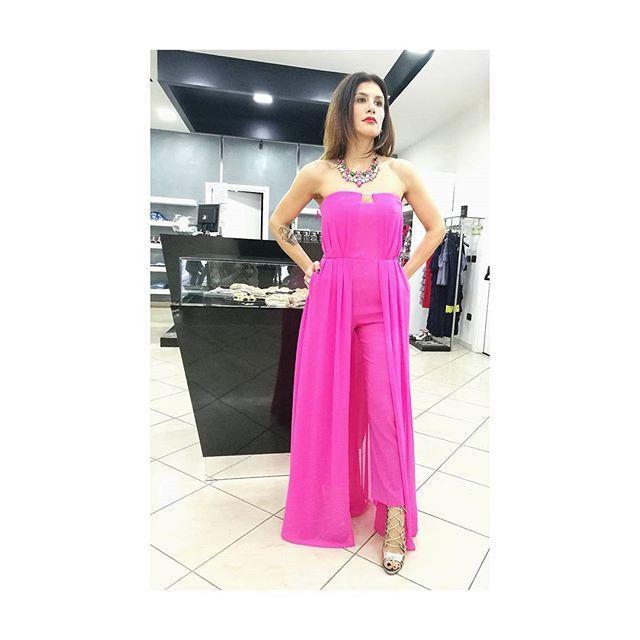 Uno dei colori moda per la primavera-estate 2017 è sicuramente il rosa shocking, rosa acceso. Tuta donna in seta, rosa shoking senza spalline con corpetto rigido ,vestibilità slim e pannello lungo in seta.