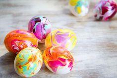 Eieren gemarmerd. nagellak in water dan het ei erdoor halen.