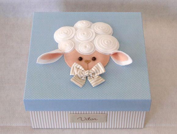 Serve para acomodar e transportar as lembrancinhas para a maternidade e depois, ao voltar para casa, a mamãe poderá usá-la como caixa organizadora que, além de favorecer a decoração do ambiente, propicia uma adequada arrumação de vários objetos do bebê.  A caixa mede 40x25x12 cm, feita em MDF e forrada por dentro e por fora com tecidos de tricoline que recebe uma impermeabilização, conferindo assim durabilidade a peça. São personalizadas e decoradas de acordo com o tema, consulte! Cores e…