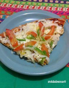 Descobri uma massa de pizza low carb que fica muito legal, bem sequinha. Fica com uma consistência super boa, e a cara da pizza fica bonita pra caramba.