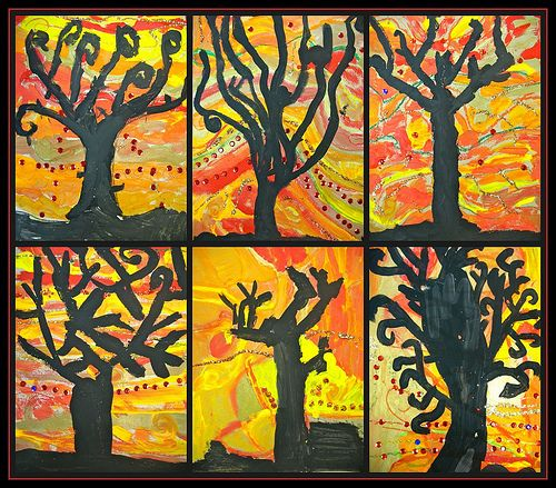 zwarte boom met herfstachtergrond.