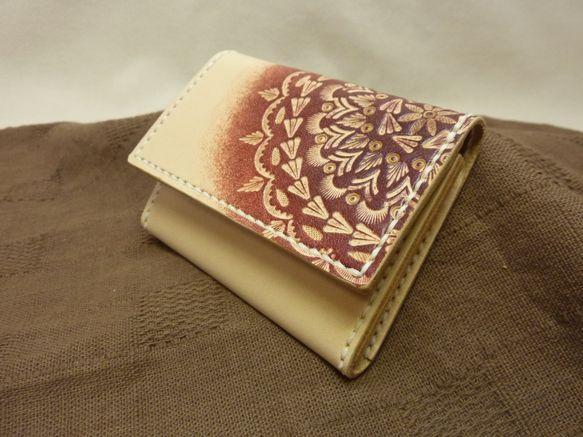 【作品概要】 牛革(ヌメ革)を使用した名刺入れです。【ポイント】 女性の方とお仕事でご挨拶させていただくとき、アルミ素材の様なケース型の名刺入れなどをお使いの...|ハンドメイド、手作り、手仕事品の通販・販売・購入ならCreema。