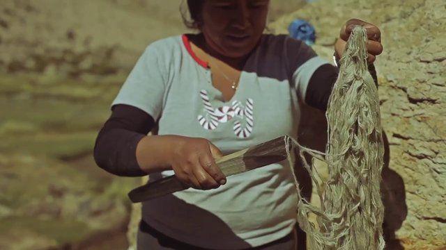 PUSI C´CHAKURA PROJECT. Pusi C´chakura significa telar de 4 estacas en lengua Aymara. Así bautizó el proyecto de Moda- Eco, la diseñadora Gabriela Farias Zurita. En él, estudia la Textilería Andina y la cultura Aymara para crear una colección de vestuario contemporáneo. El trabajo se realiza en conjunto con las tejedoras Maria Choque y Marina Castro entre otrasque pertenecen a comunidades Aymara de la actual región de Tarapac&a…