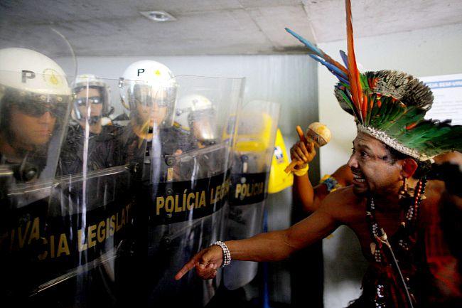 Protest rdzennych mieszkańców Brazylii przeciwko wprowadzeniu nowych ustaw w prawie dotyczącym zmiany przeznaczenia ziem zamieszkiwanych przez plemiona od wieków.