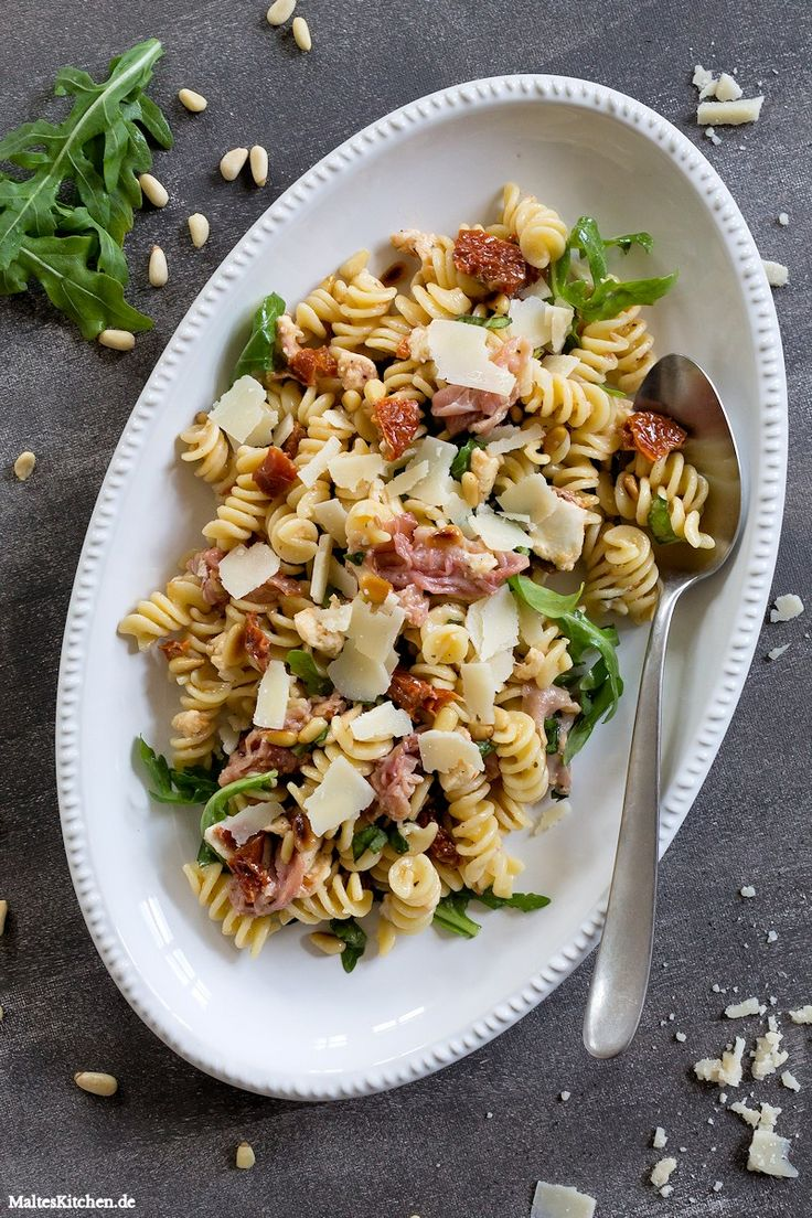 Italienischer Nudelsalat mit getrockneten Tomaten, Pinienkernen, Mozzarella, Basilikum, Rucola & Schinken. 30 Minuten Rezept. :) | malteskitchen.de