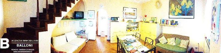Una splendida Villetta a schiera Ronchi Marina di Massa in vendita, a solo 2 passi dal mare!  Composta da soggiorno, cucinotto e bagno al piano terra.  Tre camere, bagno e balcone al piano primo.  Giardino privato e posto auto.  Fabbricato fine anni '80, prezzo trattabile!  A147
