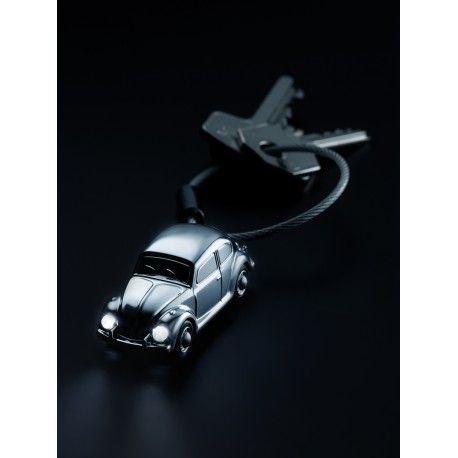 Breloc metalic in forma de masinuta VW Beetle 1964 cu led-uri in faruri. Finisare crom lucios. Model licentiat cu serie unica. Ambalat in cutie cadou.Design: TROIKA Design WerkstattDimensiuni:18x15x55mmGreutate: 28gr