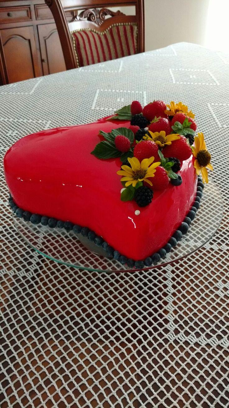 Tort serce z lustrzaną polewą. Autor- Słodka Sosnowa