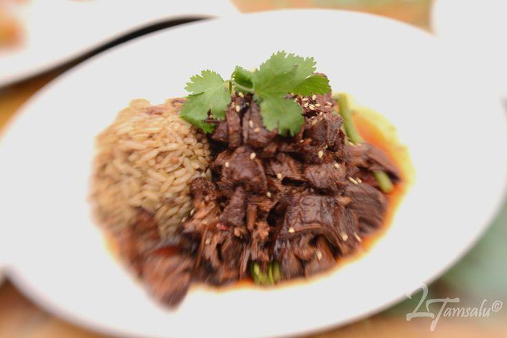 <h5>Voor 4 Personen</h5> <h3>Bereidingswijze</h3> Het geitenvlees wassen met limoen en in stukken snijden. In een braadpan in de olie bruin bakken.Uien,knoflook,paprika,bladselderi...