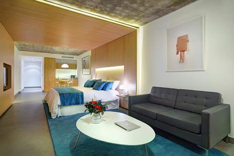 Para el sofá bien contemporáneo, un gris metal muy neutro en Hotel Babel Suites San Telmo.