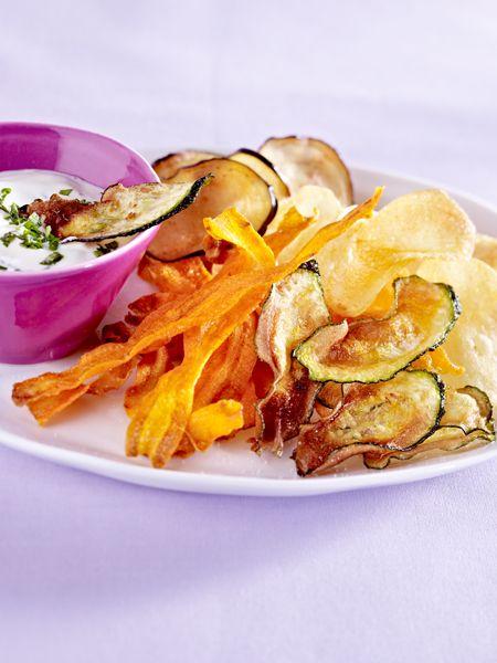 Viel besser als Chips aus der Tüte: Einfach selbst Kartoffeln, Möhren und Co. zu köstlichen vegetarischen Fernseh-Snacks verarbeiten.