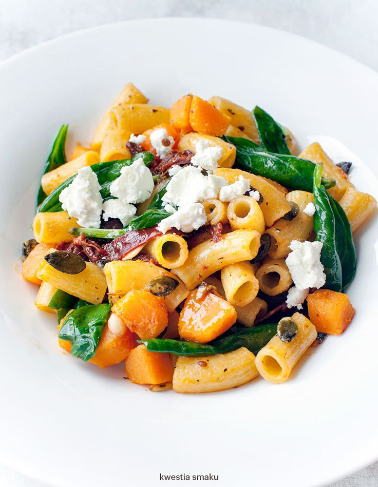 Pasta with pumpkin, spinach, sun-dried tomatoes and feta