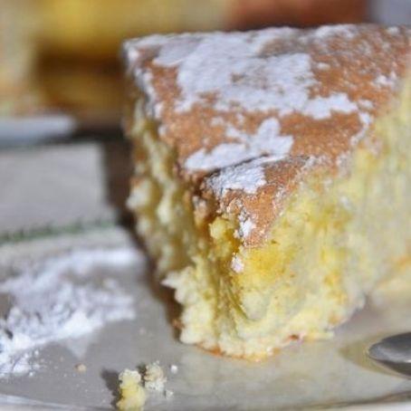 Rührkuchen / Biscuit de Savoie aus der Region Savoie in Frankreich. Das besondere an diesem Kuchen ist, dass er fluffig ist, aber ganz ohne Hefe oder Backpulver gebacken wird.