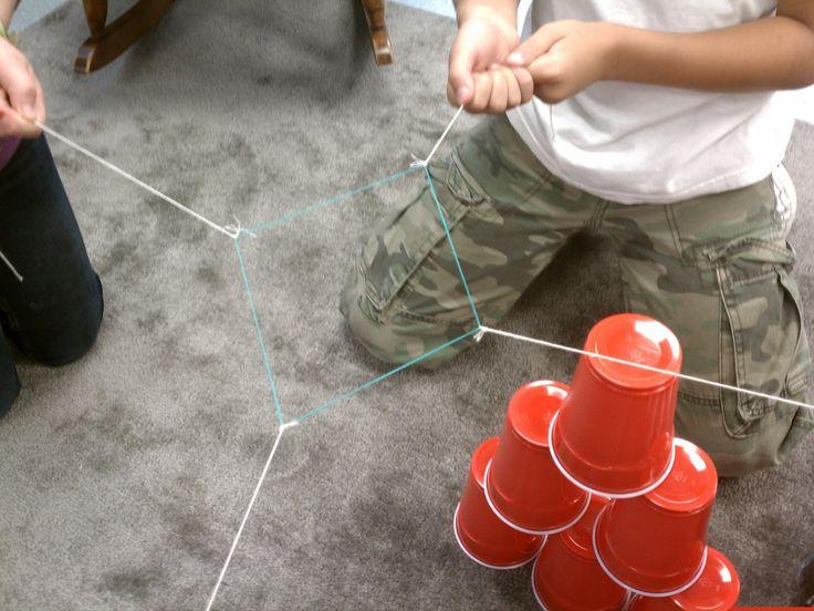De kinderen houden elk een touwtje vast en proberen zo samen een torentje van bekertjes te maken. Om dit te doen lukken moeten ze goed samenwerken. Je kan dit in de 1ste en de 2de graad spelen. Ik zou eventueel dan de klas in teams verdelen en wie als eerst de constructie kan maken, heeft het spel gewonnen.