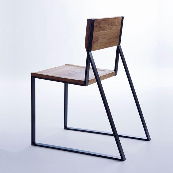 K1 est une chaise dessinée par la designer d'origine polonaise Marta Adamczyk. Elle propose une forme simple, claire et minimaliste entre bois et métal. ...