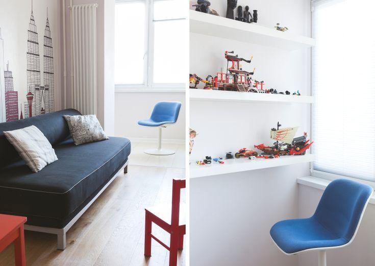 Интерьер квартиры выдержан в светлых тонах, придающих простора небольшим помещениям. Нейтральные стены и белая мебель стали гармоничным фоном для живописных работ, созданных хозяйкой квартиры, и для цветовых акцентов: сиренево голубых тонов в спальне и ванной, ульрамаринового фартука на кухне и оптических узоров в прихожей. Кухню мы также сделали белой, что компенсирует недостаток дневного света в глубине помещения.
