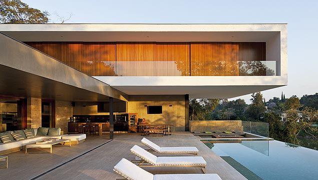 Terreno em declive é trunfo em projeto de casa modernista