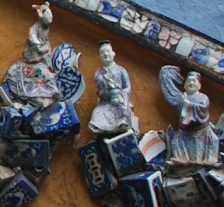 Mozaiek en beeldjes decoreren de buitenkant van muren en daken van de Le Van Duyet-tempel in Ho Chi Minh Stad.