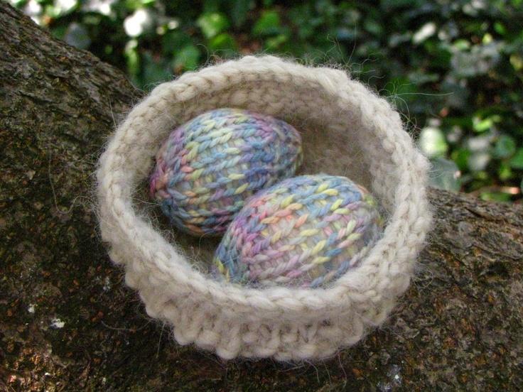 Free knitting pattern - Easter Nest and Egg Pattern Tutorial http://www.naturalsuburbia.com/2011/03/easter-nest-egg-pattern-and-tutorial.html