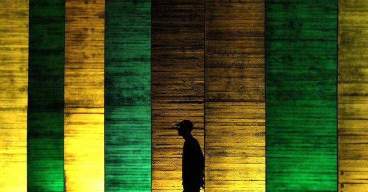 Palácio do Itamaraty, em Brasília, é iluminado com as cores da bandeira do Brasil há cem dias do início dos Jogos Olímpicos Rio 2016. As Olimpíadas acontecem em agosto