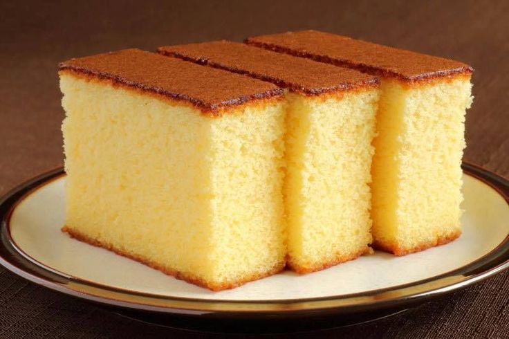 Gâteaux italien au lait chaud  4 œufs  200 g de farine   200 g de sucre  160 ml de lait  80 g de beurre  1 c c d'extrait de vanille  1 c c de bicarbonate   1 c à c de levure