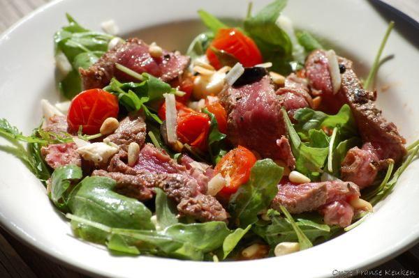 Ik overdrijf niet als ikstel dat maaltijdsaladesover het algemeen meer besteed zijnaan vrouwen danaan mannen. Toch?Deze salade met kort aangebakken biefstukreepjes iseen uitzondering op deze 'regel'– ookkerels worden hierenthousiast van.