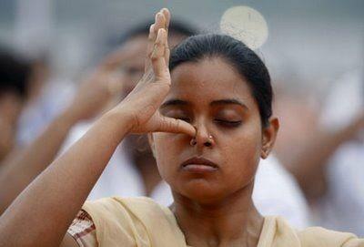 Sistema hindú para aliviar el dolor de cabeza y el cansancio. La milenaria cultura hindú, practica diversos remedios, desconocidos en la cultura occidental, para aliviar las dolencias de nuestro cuerpo, la mayoría de estos métodos casi nunca se aplican directamente en la zona afectada. La nariz tiene un lado derecho y un lado izquierdo; usamos ...