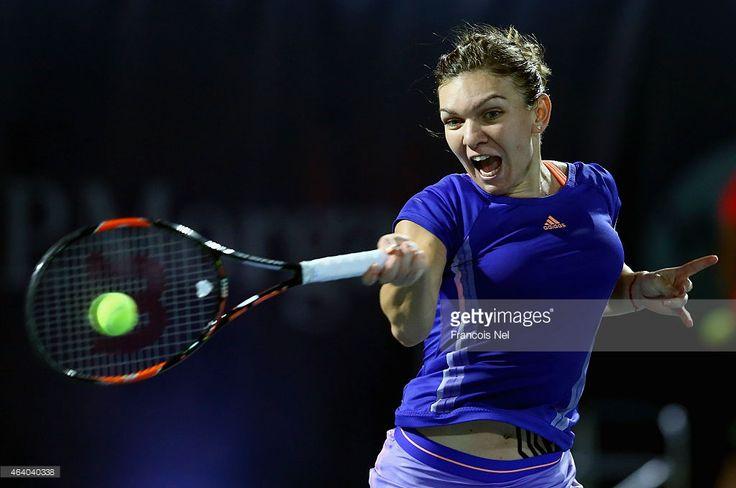 Simona Halep a România reacționează în acțiune împotriva Karolina Pliskova a Republicii Cehe in meciul final de femei lor a Campionatului de Tenis Free WTA Dubai Duty la Dubai Duty Free stadionul la 21 februarie 2015, în Dubai, Emiratele Arabe Unite.