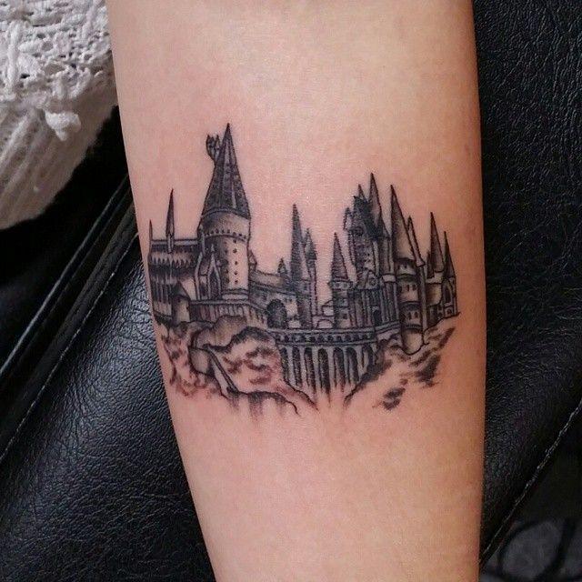 Hogwarts heute auf Charlotte! Nur 9cm breit. #tattooed #tattooaprentice #smalltattoo #detailedtattoo