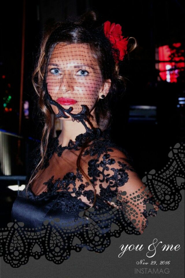 https://m.facebook.com/story.php?story_fbid=549865975224174&substory_index=0&id=544677102409728 A completare la mise: veletta impreziosita da bordura in pizzo  per una donna sempre composta ed elegante che, nonostante tutto, riesce a trovare la rosa più bella e a metterla tra i capelli  https://m.facebook.com/story.php?story_fbid=549865975224174&substory_index=0&id=544677102409728