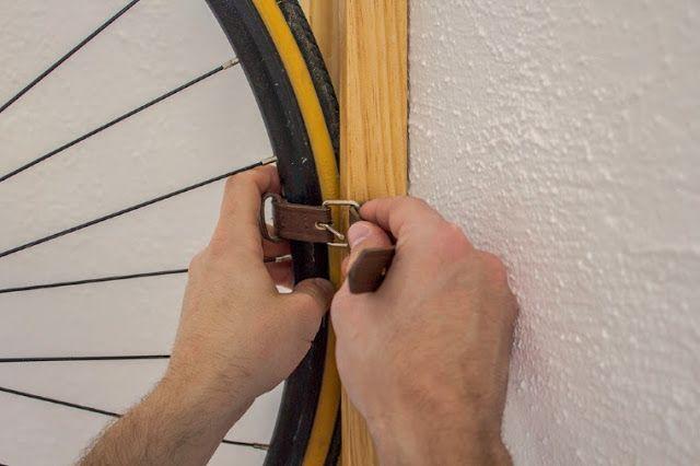 ilia estudio interiorismo: Soporte de bicicleta con un diseño original y práctico llamado Neska Polita