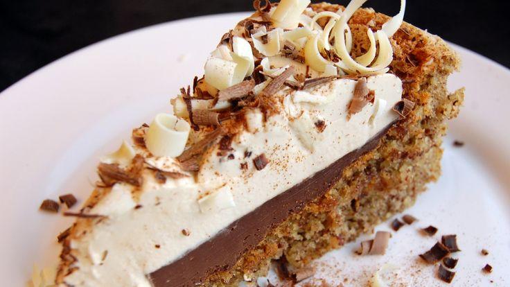 Stemningen sto i taket da Lise Finckenhagen kom med denne kaken. Nøttebunnen synker sammen i midten når den kommer ut av ovnen. Men det gjør ingenting. Da bare fyller du den med masse god krem. Først en seig sjokoladekrem og så krem smakt til med kaffe.