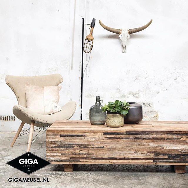 Salontafel Wood is een topper! Deze massief houten tafels komen uit Indonesië en zijn allemaal uniek van kleur en structuur. Alles op de foto is verkrijgbaar in onze showroom in Soest of online (link in bio) #gigameubel #industrieel #stoerwonen #salontafel #wood