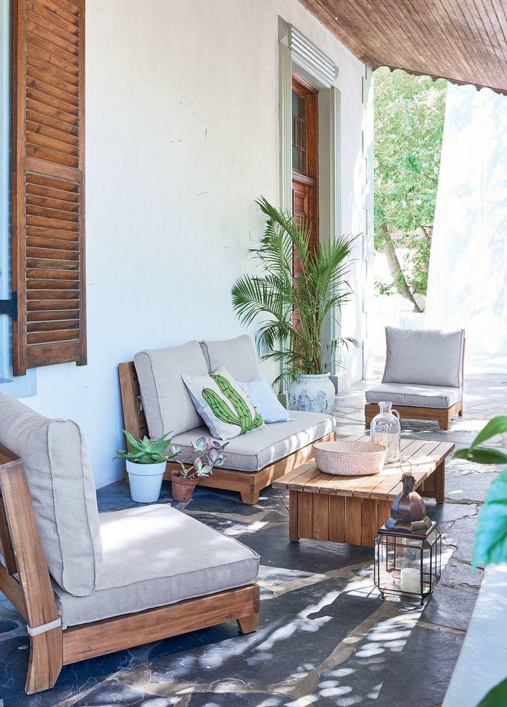 Lässiger Look – naturfarben, mit lose aufliegenden Sitz- und Rückenkissen.