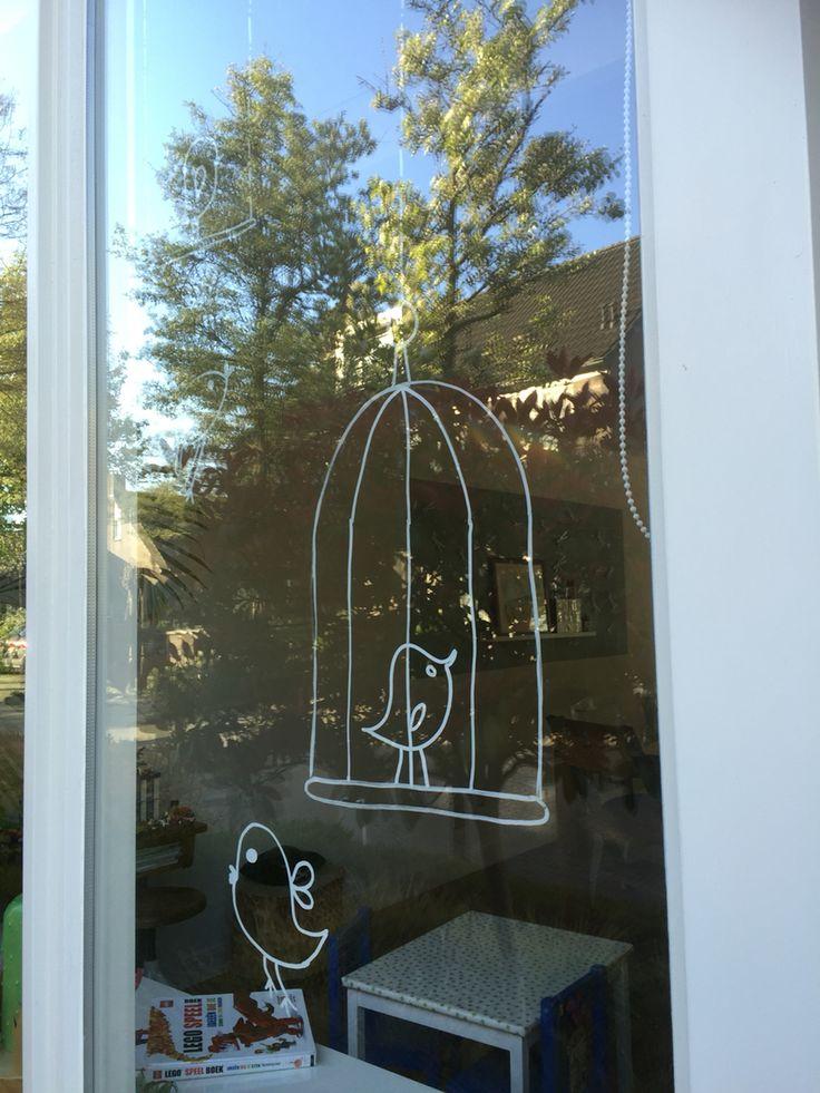 Een eigen raamtekening ontwerp: een vrolijk vogeltje gemaakt met krijtstiften. Voor een klein prijsje te downloaden en zo ook zelf thuis te maken: http://badschuim.eu/product/krijtstifttekening-vogeltjes/ #krijtstifttekening #raamtekening #windowdrawing #krijtstift #chalkart