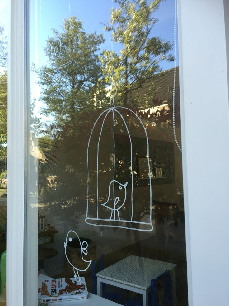 Een eigen raamtekening ontwerp: een vrolijk vogeltje gemaakt met krijtstiften.
