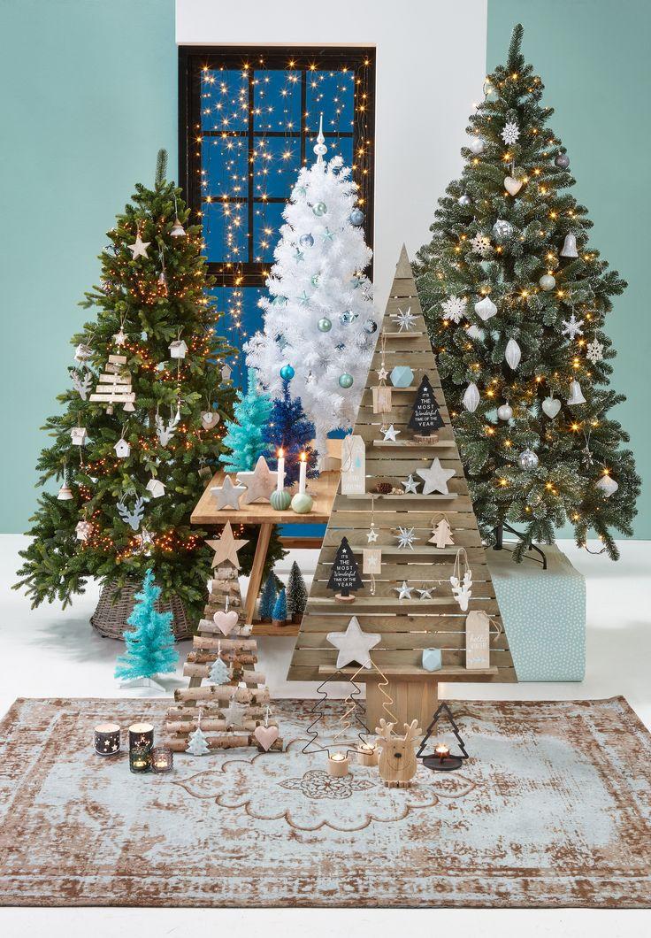 Met het soort kerstboom kun je alle kanten op! Haal jij dit jaar een traditionele, groene kerstboom in huis, ga je voor een kek kleurtje of ga je voor een boom met houten latjes? #kerst #kwantum #kerstinhuis #kerstboom #woonkamer #wonen