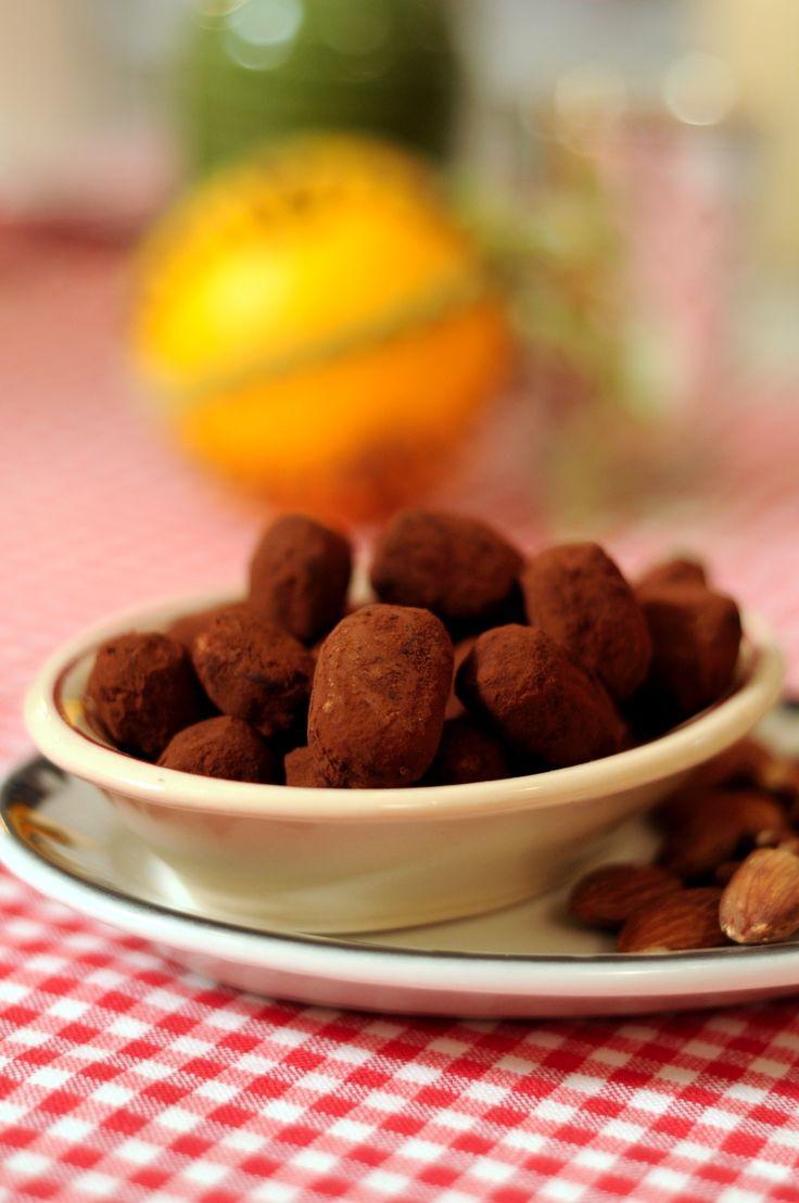 Rostade mandlar med nougat som rullas i kanel och kakao.