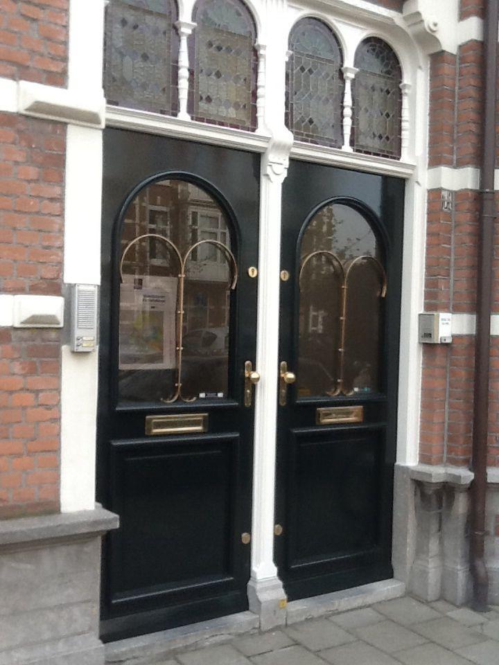 Groene deuren met koperbeslag.