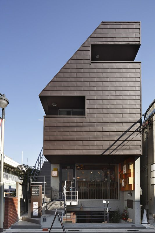 目黒区鷹番にある事業用店舗賃貸住宅の作品事例です。RC鉄筋コンクリート造による地下質のある地上3階建てで、斜線制限を活かしてクロスメゾネットでプランニングしてあります。