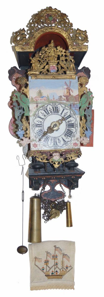 Een polychroom beschilderde Friese stoelklok met wekkerfunctie, beschilderde wijzerplaat, loden monturen en geflankeerd door zeemeerminnen, Holland einde 18e eeuw